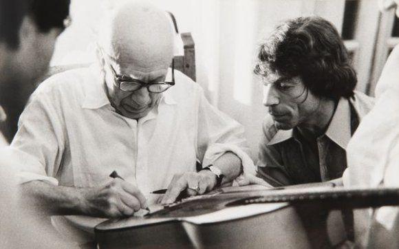 Pcasso signing the guitar of Manitas de Plata - History of Catalan Rumba
